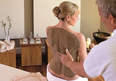 Frau in Physiotherapie und Massagepraxis-Halsch bei gesundheits-therapie-naturfango